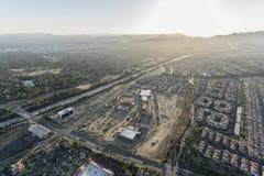 Luftnachmittagsansicht des Einkaufszentrenbaus, der Rinaldi-Straße und der Autobahn 118 in der Porter Ranch-Nachbarschaft von Los lizenzfreie stockfotografie