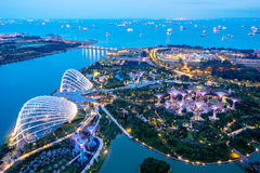 Luftnachtansicht des Supertree Grove an den Gärten nahe Marina Bay stockfotos