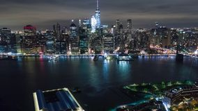 Luftnachtansicht von Manhattan, New York City Hohe Gebäude Timelapse-dronelapse stock video