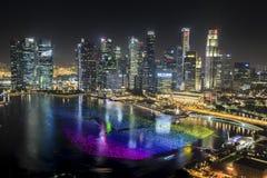 Luftnachtansicht von Singapur-Stadtbild mit dem Wunsch von Bereichen projektieren an der Jachthafenbucht Stockfoto
