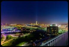 Luftnachtszenenansicht von im Stadtzentrum gelegenem Omaha Nebraska lizenzfreies stockbild