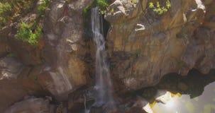Luftneigung herauf Wasserfall-Schuss stock video