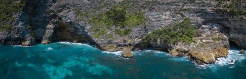 Luftpanorama über dem Strand und der Küstenlinie Kelingking in Insel Nusa Penida, Bali, Indonesien lizenzfreies stockfoto