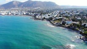 Luftpanorama auf schöner Kreta-Insel, -meer, -strand und -hotels stock footage