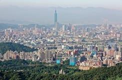 Luftpanorama beschäftigter Taipeh-Stadt mit Ansicht von Turm Taipehs 101 im Stadtzentrum, in Keelungs-Fluss und in den entfernten Stockfotos