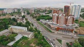 Luftpanorama der Stadt in Russland, moderne Architektur, Häuser, Monumentträgerrakete Soyuz stock footage