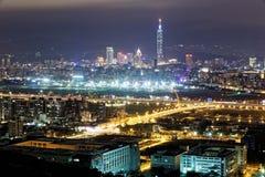 Luftpanorama des beschäftigten Taipeh-Stadt-, Keelungs-Fluss-, Dazhi-Brücken-, Songshan-Flughafen- u. Taipeh-Marksteins in XinYi- Lizenzfreies Stockfoto