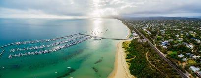 Luftpanorama des Landes und des Meeres Langer Pier und Yachten festgemacht an Lizenzfreie Stockbilder