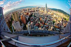 Luftpanorama fisheye Ansicht über Taipeh, Hauptstadt von Taiwan, mit Turm Taipehs 101 unter Wolkenkratzern in Xinyi-Bezirk Lizenzfreies Stockfoto