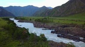 Luftpanorama schöner Flug über dem Fluss am Fuß der Berge Altai, Sibirien Luftbildkameraschuß stock video footage