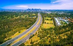 Luftpanorama von grünen Parkland-, Melbourne-Polytechnik- und Melbourne-CBD Wolkenkratzern im Abstand am Sommertag lizenzfreies stockfoto