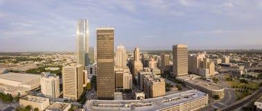 Luftpanorama von im Stadtzentrum gelegenem Oklahoma City an der Dämmerung Stockbilder