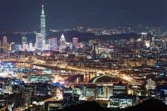 Luftpanorama von im Stadtzentrum gelegenem Taipeh nachts mit Ansicht von Brücken über Keelungs-Fluss Stockbild
