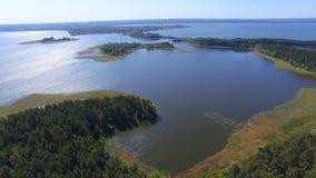 Luftpanorama von Inseln und von Stadt auf See Seliger, Russland stock video footage