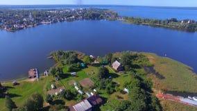 Luftpanorama von kleiner bewohnter Insel auf schönem See Seliger, Russland stock video footage
