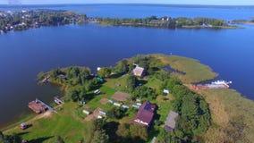 Luftpanorama von kleiner bewohnter Insel auf schönem See Seliger, Russland stock footage