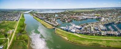 Luftpanorama von Patterson Lakes-Vorort und von Fluss, Melbourne, stockbilder