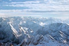Luftpanorama von schneebedeckten Bergspitzen Stockfotografie