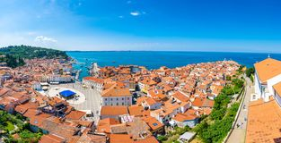 Luftpanoramaansicht von Piran-Stadt, Slowenien Schauen Sie vom Turm in der Kirche Im Vordergrund sind kleine Häuser, adriatisches lizenzfreies stockfoto