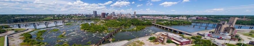 Luftpanoramabild im Stadtzentrum gelegener Richmond Virginia und James Rive lizenzfreies stockbild