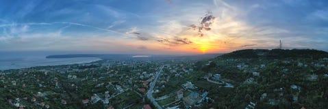 Luftpanoramablick der Küste und der Varna-Stadt, Bulgarien bei Sonnenuntergang lizenzfreie stockbilder