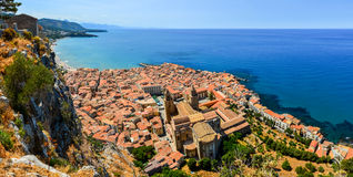 Luftpanoramablick des Dorfs Cefalu in Sizilien stockfotografie