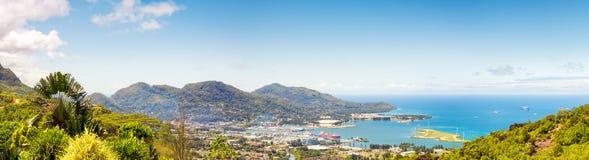 Luftpanoramablick des Hafens eine unten Stadt Victoria, Mahe, Hauptstadt von Seychellen Lizenzfreies Stockfoto