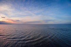 Luftpanoramablick des Sonnenuntergangs über Ozean Nichts aber Himmel, Wolken und Wasser stockfotografie