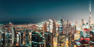Luftpanoramablick einer großen futuristischen Stadt bis zum Nacht Geschäfts-Schacht, Dubai Stockfotografie