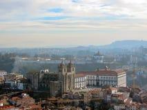 Luftpanoramablick von Porto mit rotem mit Ziegeln gedecktem Dachspitzen Porto-Kathedralen-Se tun Porto in Portugal, Städtereisere lizenzfreie stockfotografie