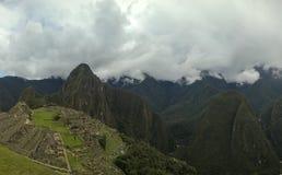 Luftpanoramablick zu zu archäologischem Standort Machu Picchu und Berg Huayna Picchu, Cuzco, Peru stockfotos