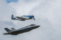 Luftparade des Mustangs P-51 und F-35 des Blitzes II Stockbild