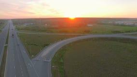 Luftperspektive der zwischenstaatlichen Nahverkehr-Überfahrtbrücke auf freiem Raum stock footage