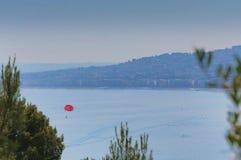 Luftperspektive des Meeres, des Leuchtturmes und des netten von der Form lizenzfreie stockbilder