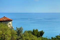 Luftperspektive des Meeres, des Leuchtturmes und des netten von der Form lizenzfreies stockbild