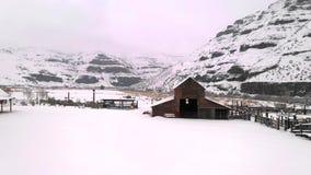 Luftperspektiven-frischer Schnee-kalter Winter an der Pappel-Schlucht Oregon stock video