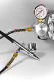 Luftpinsel mit Druckanzeiger und Rohren. Lizenzfreie Stockfotografie