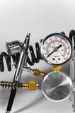 Luftpinsel mit Druckanzeiger und Rohren. stockbilder