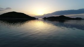 Luftrückzugansicht von ruhigem Ozean bei Sonnenuntergang stock video