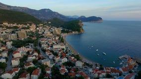 Luftschießen der Stadt durch das adriatische Meer stock footage