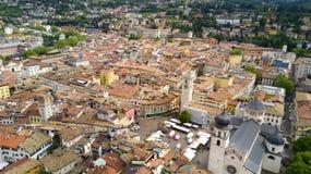 Luftschießen mit Brummen auf Trento Stockfotos