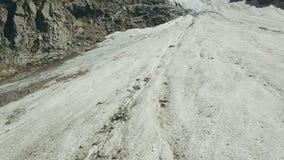 Luftschießen vom Fliegenbrummen-Gebirgsgletscher am Sommertag lizenzfreies stockbild