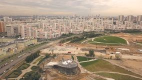 Luftschießen vom Fliegenbrummenbau-Stadtpark in der neuen Nachbarschaft lizenzfreie stockfotos