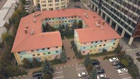 Luftschießen von der Fliegenbrummenflachbauweise in der modernen Stadt des Geschäftsbereichs stockbilder