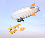 Luftschiff- und Doppeldeckerfliegen im Himmel Lizenzfreie Stockbilder