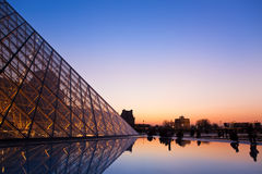 Luftschlitz-Pyramide und eine Ansicht über einen Tuileri Garten stockfotografie