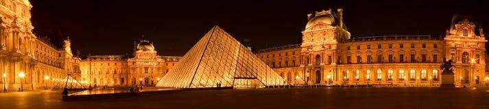Luftschlitzpyramide durch Nachtpanorama Stockbilder