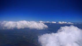 Luftschmierfilmbildung über Nebel und Wolken stock video