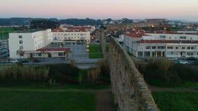 Luftschuß über alter Santa Clara Aqueduct und Stadt von Vila do Conde, Portugal stock video footage