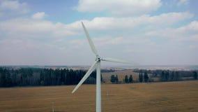 Luftschuß der arbeitenden weißen WindmühlenTurbinenschaufelenergiegewinnung stock video